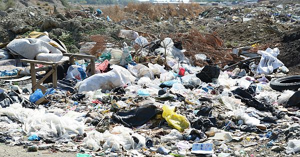 İzmir'in ilçesi Seferihisar'dakimahalleler çöplüğe dönmüş durumda.